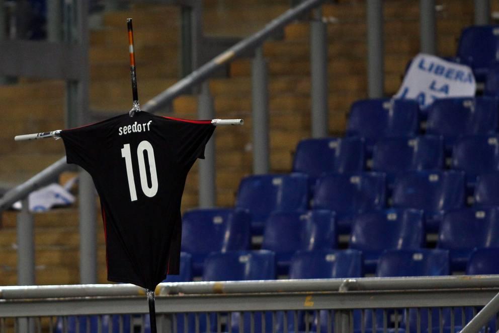 """Lazio vs Milan: ultrà """"crocifiggono"""" la maglia di Seedorf"""