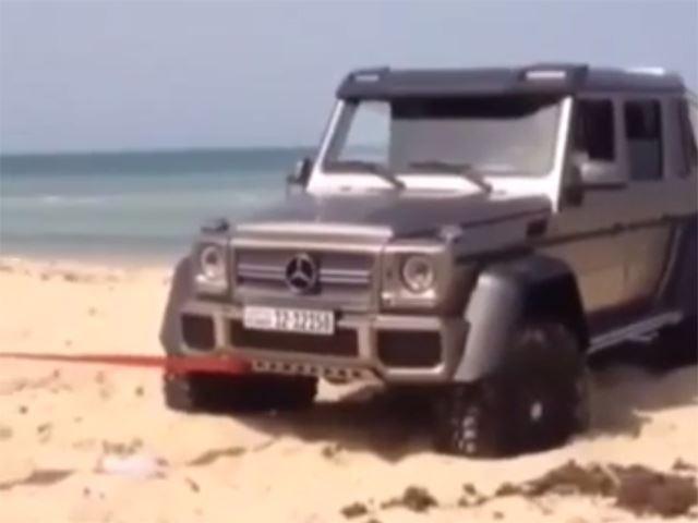 Mercedes G 63 AMG 6x6: il re dell'offroad bloccato nella sabbia
