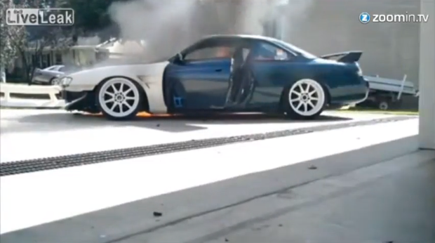 Epic fail: entra in auto e prende fuoco