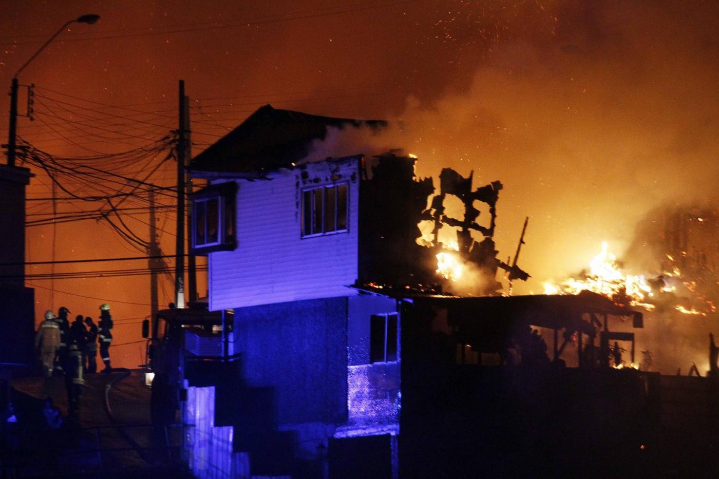 Cile, spaventoso incendio a Valparaiso: decine di morti e migliaia di sfollati