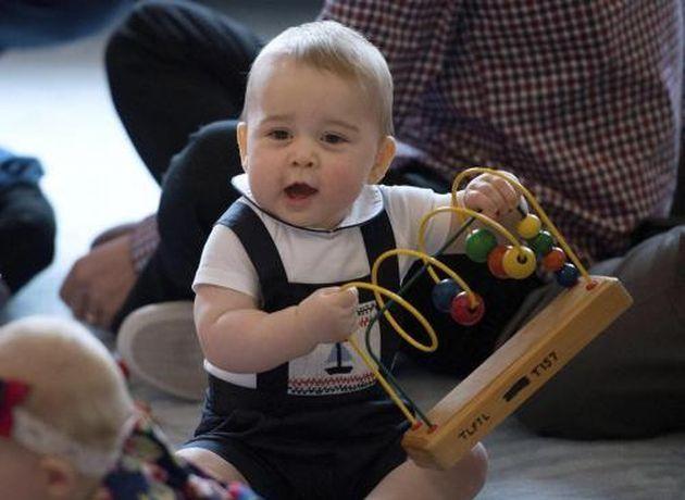William e Kate in Nuova Zelanda: il piccolo George si diverte a giocare