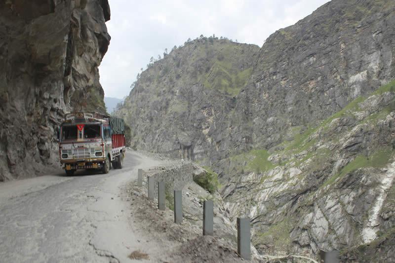 Percorso da brividi: giro spaventoso in pullman sull'Himalaya