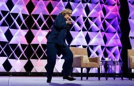 Hillary Clinton contestata con il lancio di una scarpa: arrestata una donna