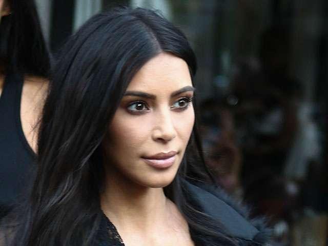 Kim Kardashian: bagno senza veli in piscina