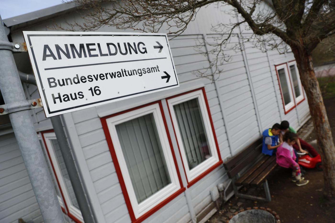 Germania, migranti siriani arrivano al campo per rifugiati a Friedland