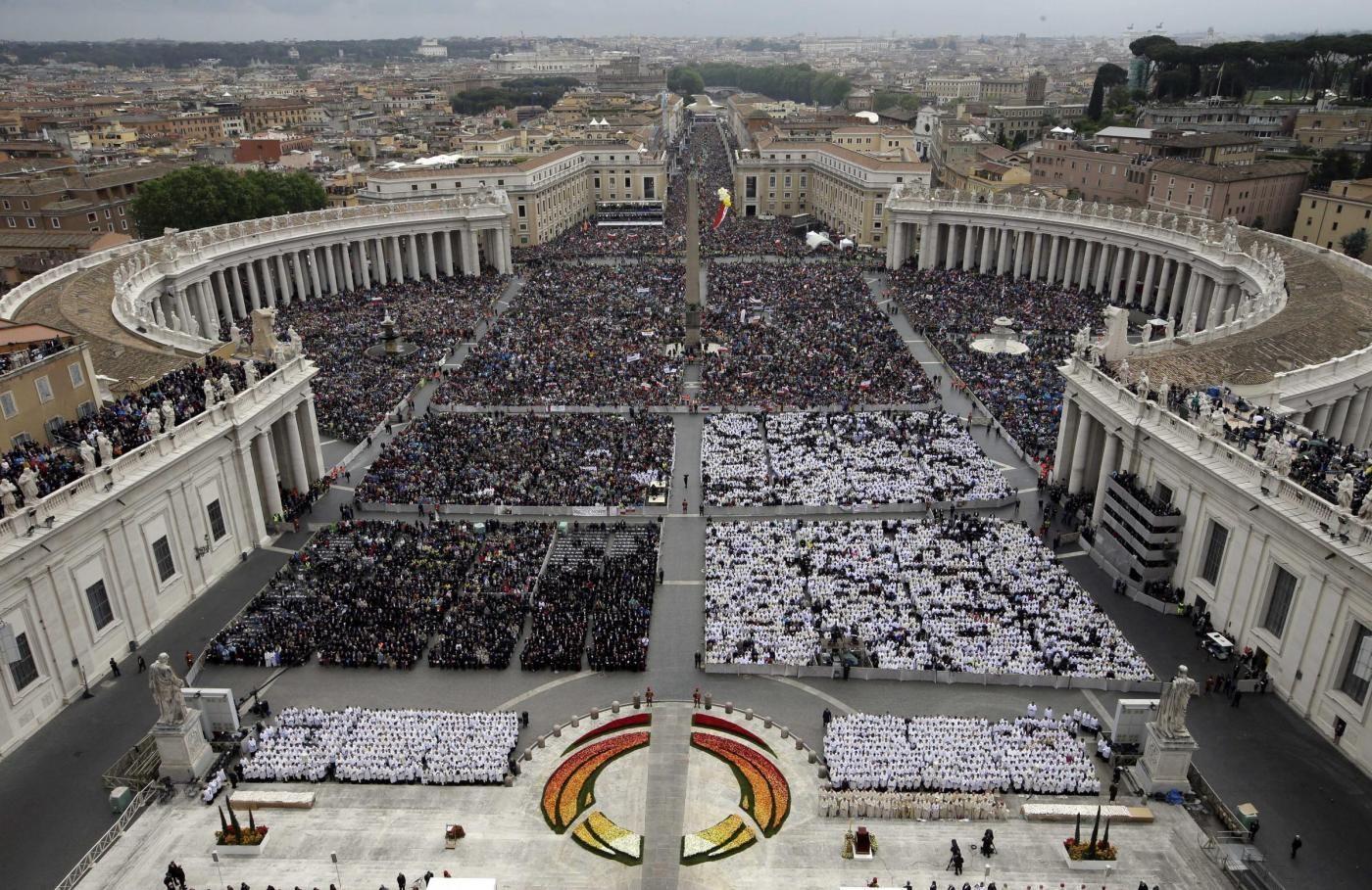 Giovanni XXIII e Giovanni Paolo II proclamati santi a Roma, la cerimonia concelebrata da Papa Francesco e Ratzinger