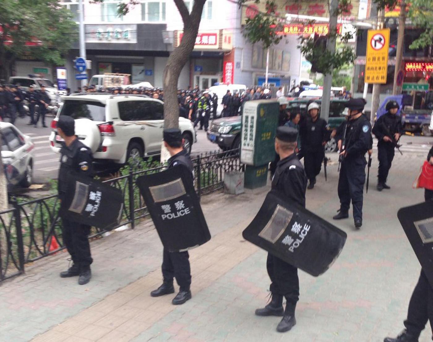 Attentato in Cina, bombe a mano contro un mercato: 31 morti e 94 feriti