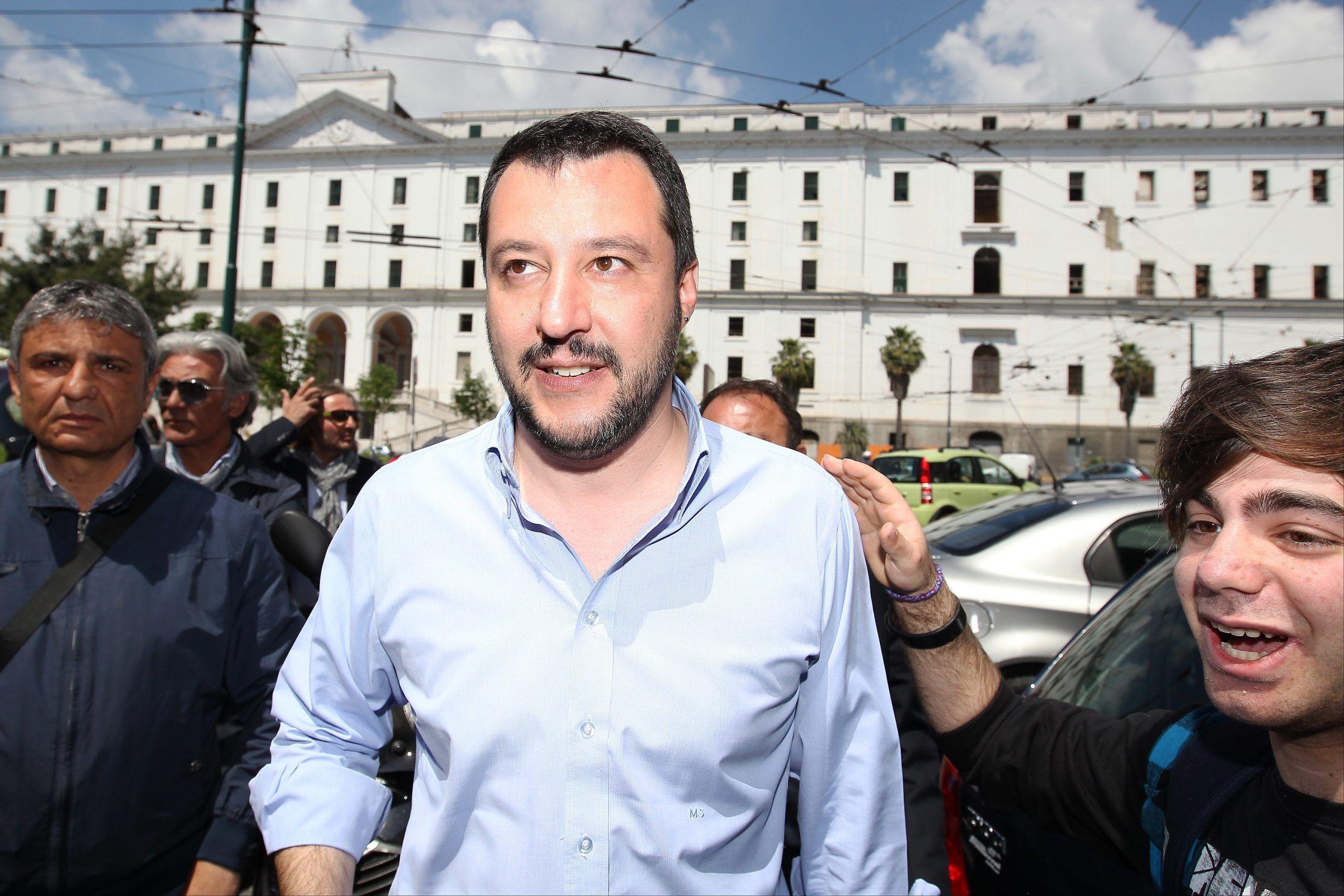 Matteo Salvini contestato a Napoli attacca i napoletani, ma dimentica i suoi cori razzisti