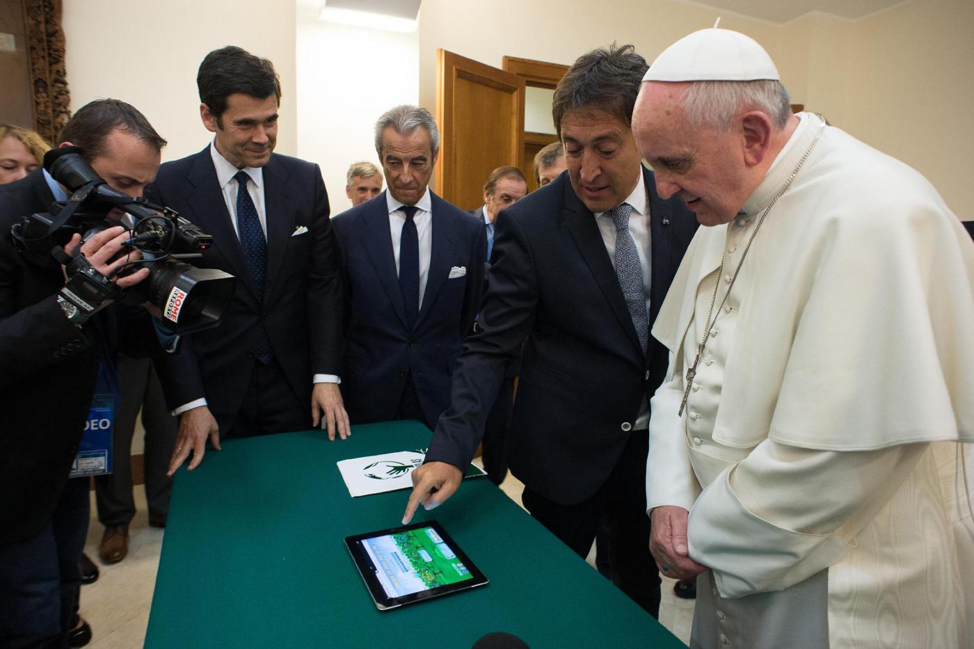 Perché il Papa è su Twitter e non su Facebook