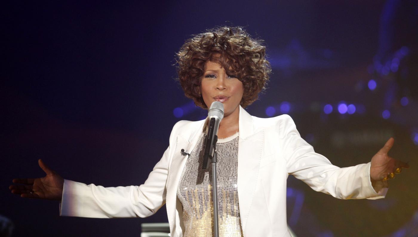 Whitney Houston: il film sulla vita della cantante diretto da Angela Bassett