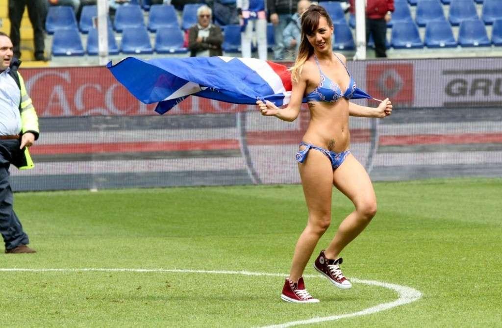Tifosa della Sampdoria in bikini invade Marassi