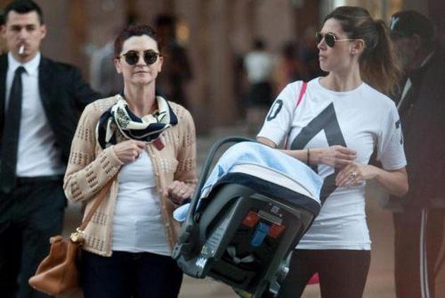 Melissa Satta: la mamma e Maddox fanno shopping a Milano