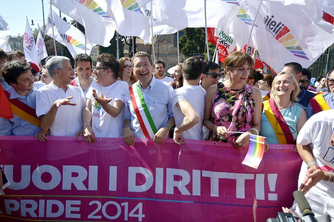 """Gay Pride 2014 a Roma: """"Renzi, fuori i diritti"""". Contro-marcia di Forza Nuova al Vaticano"""