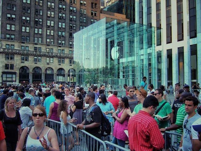 Fan in attesa di acquistare un iPhone