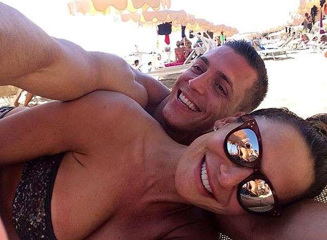 Nicole Minetti e Claudio D'Alessio innamorati: selfie in spiaggia per la coppia
