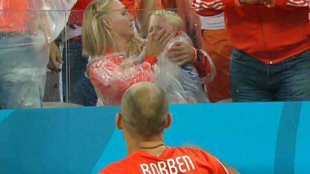 Mondiali 2014: Robben consola suo figlio dopo la sconfitta