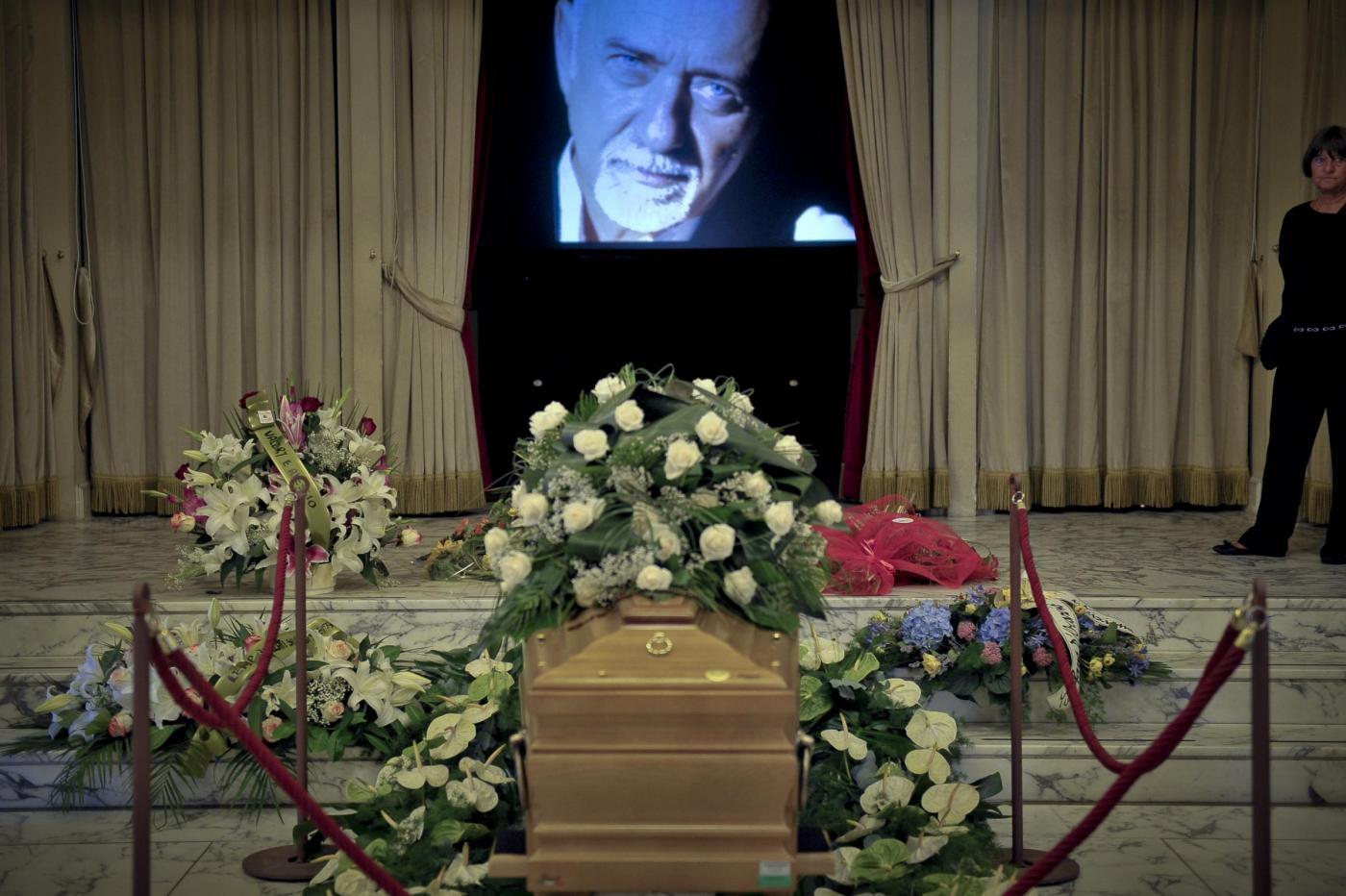 Giorgio Faletti, i funerali ad Asti: migliaia di persone presenti, il ricordo degli amici