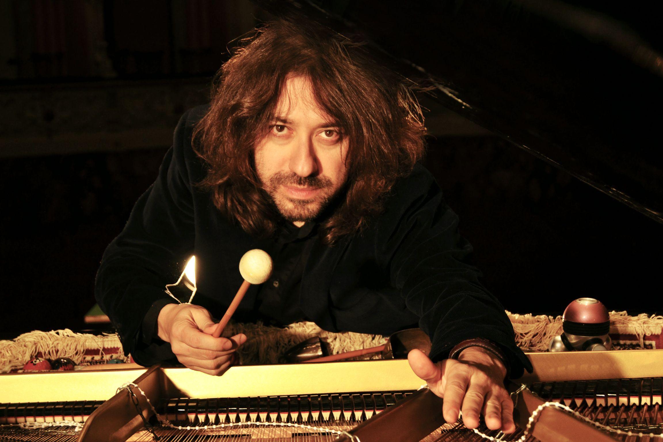 Intervista a Mario Mariani, pianista eclettico protagonista di video insoliti, tour in Africa e concerti nei boschi