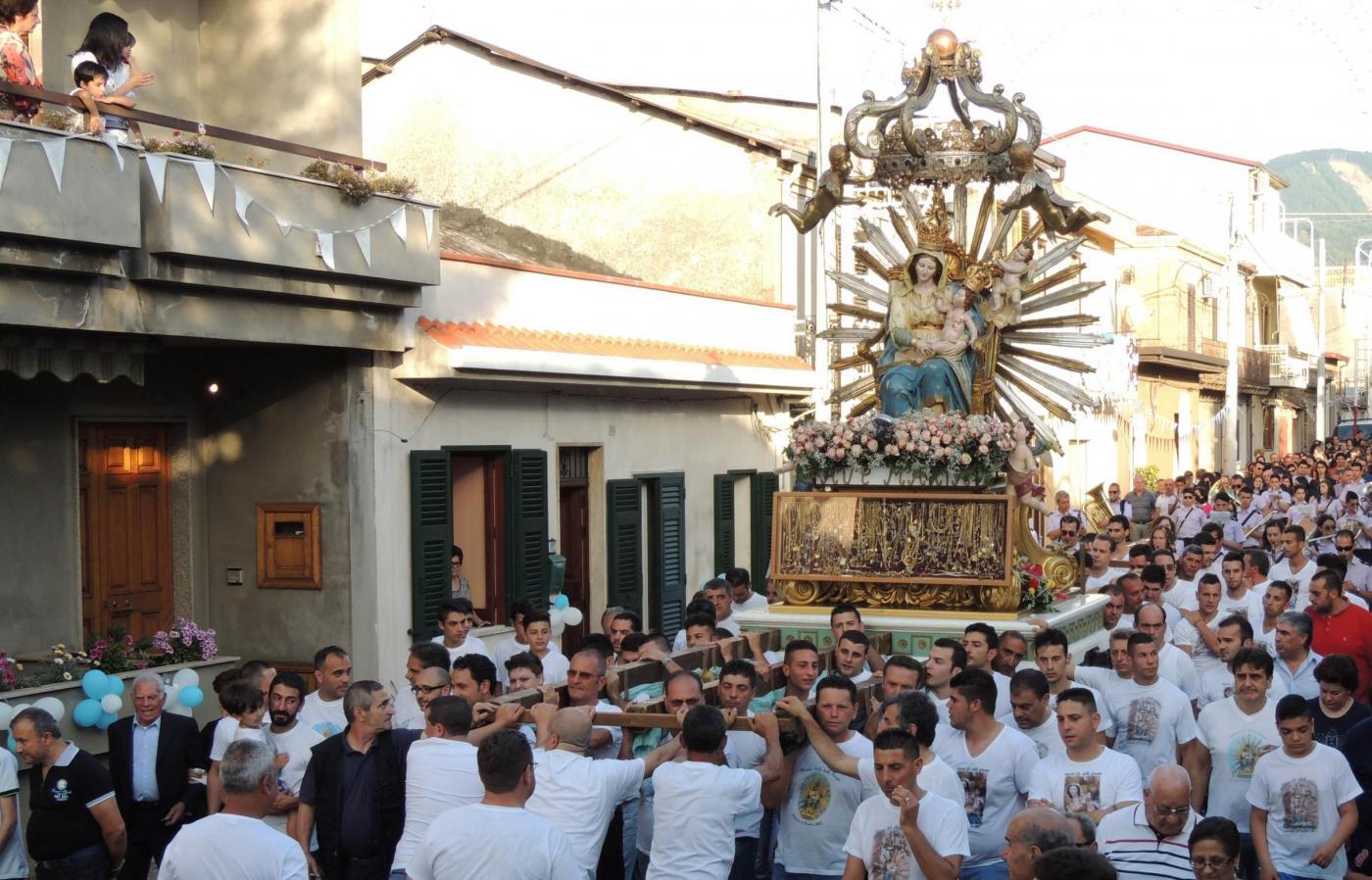 Statua della Madonna fa l'inchino al boss: è polemica fra Chiesa e istituzioni
