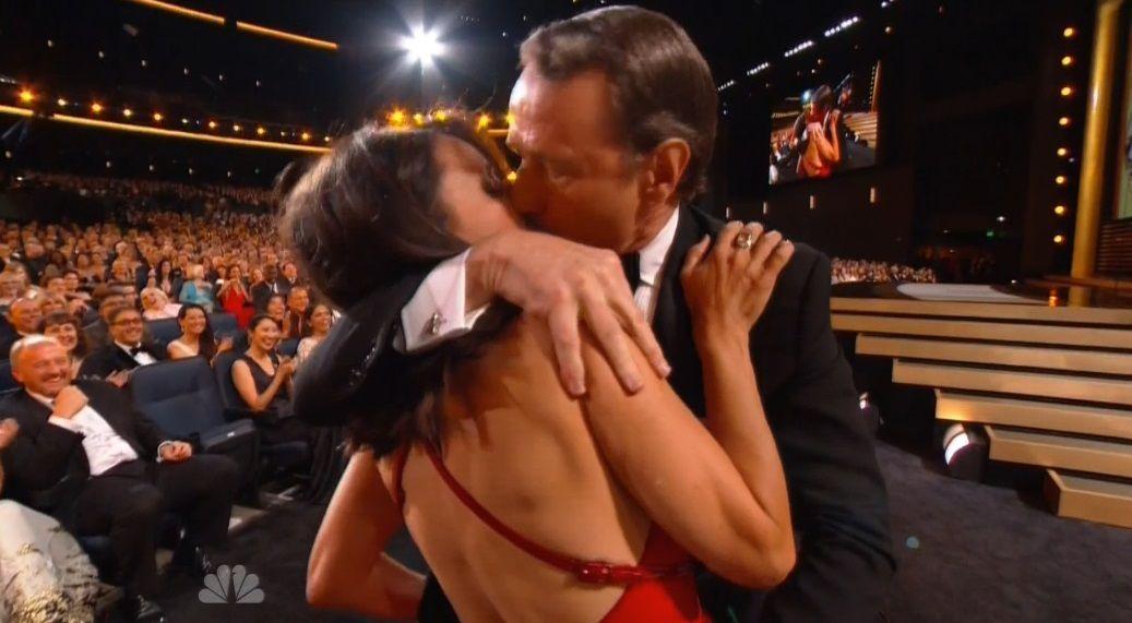 Emmy 2014: il bacio a sorpresa tra Bryan Cranston e Julia Louis-Dreyfus