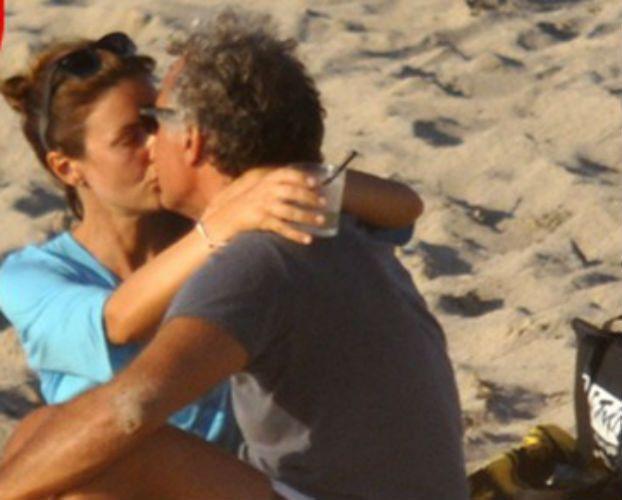 Massimo Giletti e Alessandra Moretti fidanzati al mare? Il bacio 'rivelatore' in Sardegna
