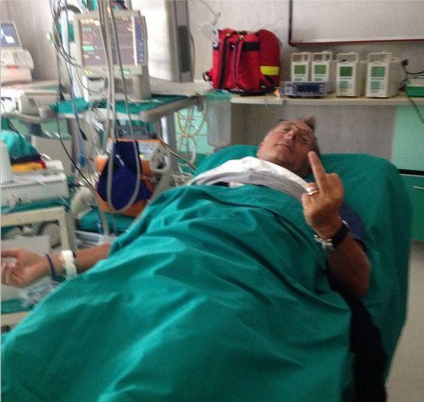 Paolo Bonolis in ospedale per un malore: il dito medio dopo il ricovero