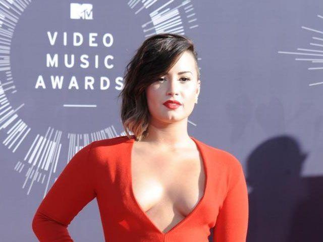 Demi Lovato agli MTV Video Music Awards 2014: scollatura da urlo sul red carpet