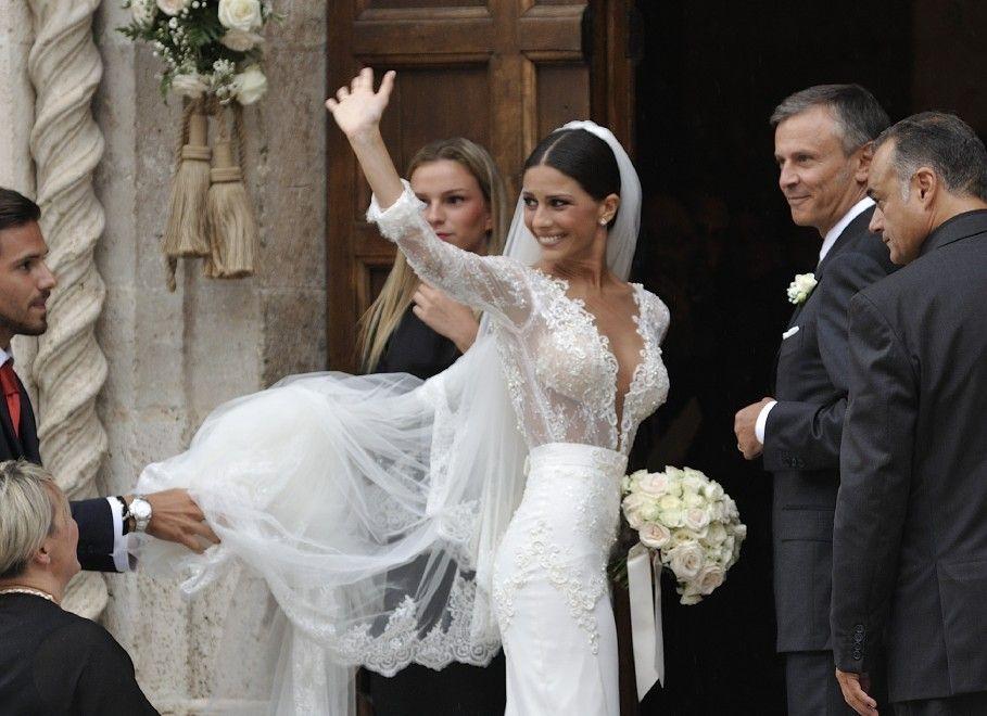 Mattia Destro e Ludovica Caramis sposi: abito super scollato per la soubrette
