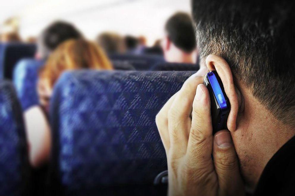 Cellulari sugli aerei: via libera all'uso anche senza modalità aereo