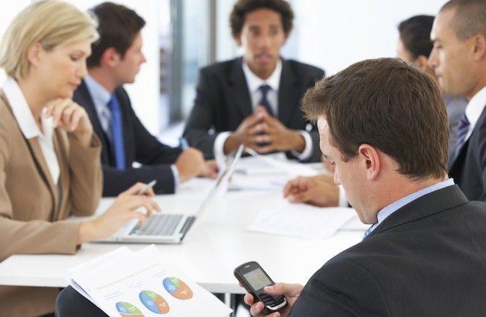 Usare il cellulare durante una riunione
