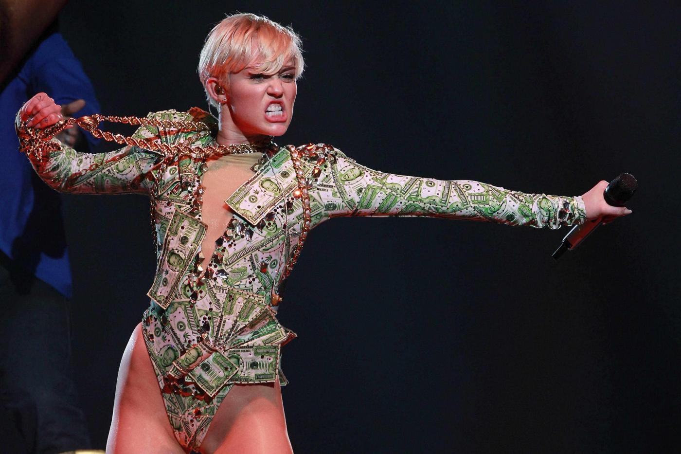 Miley Cyrus in Messico rischia il carcere: fa Twerking con la bandiera messicana