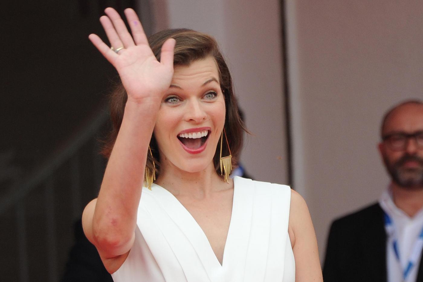 Milla Jovovich a Venezia 2014: incinta sul red carpet del Festival