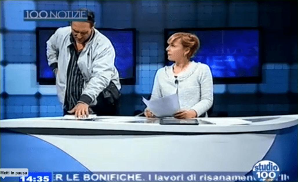 Con la pistola in diretta tv: al TG c'è un uomo armato, terrore negli studi