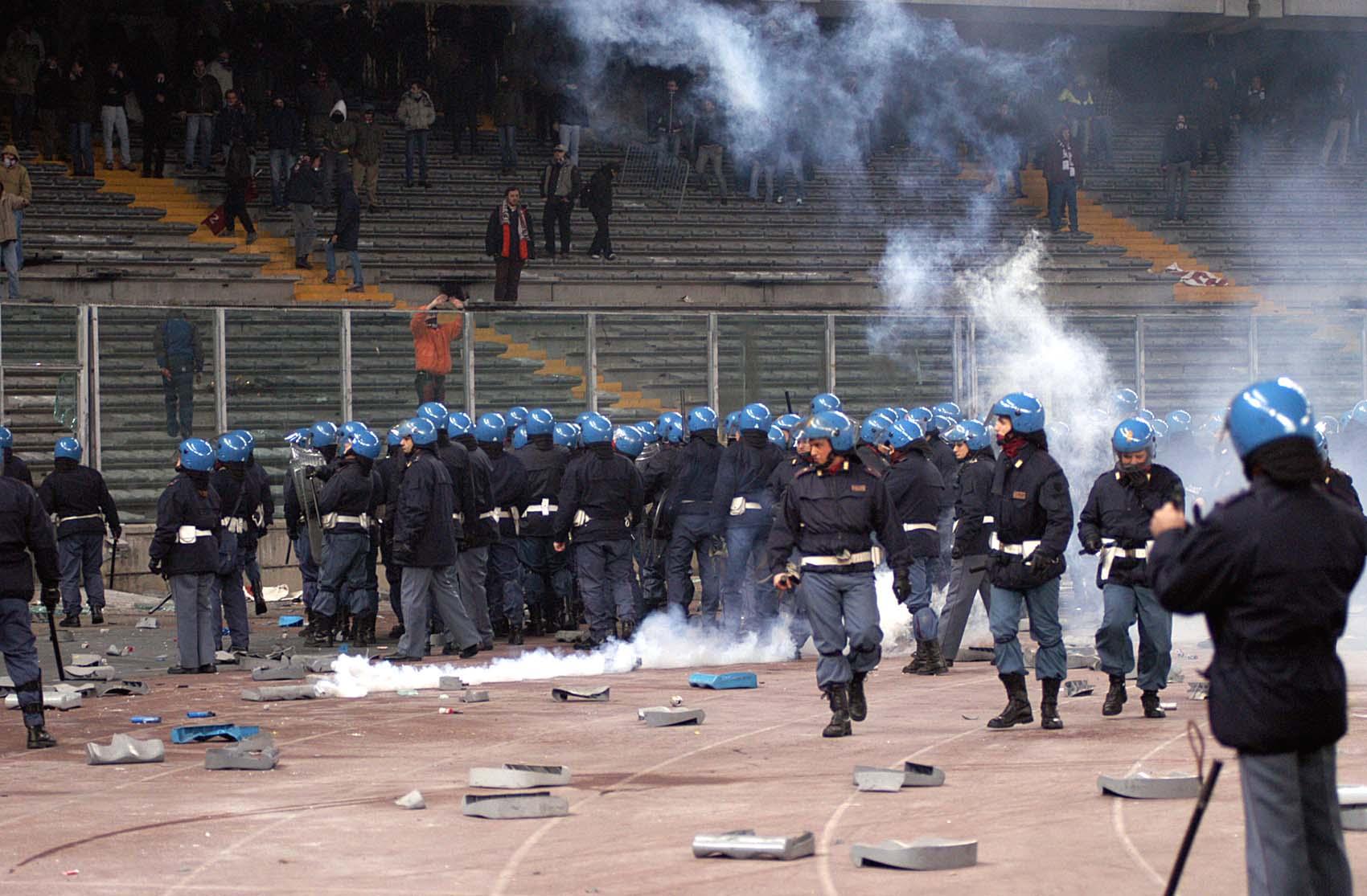 Poliziotti negli stadi pagati dalle società di calcio? Sono servitori, non servi