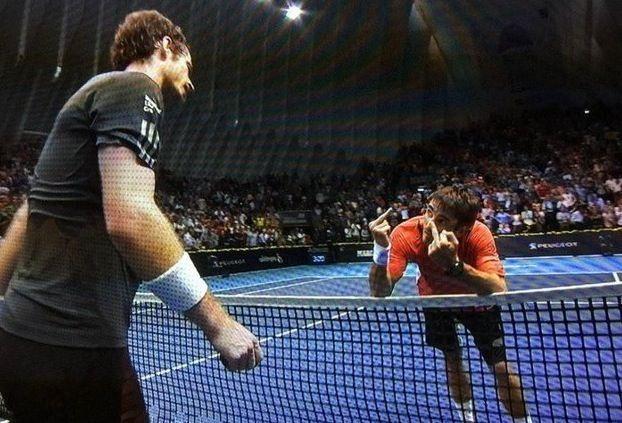 Tennis, Robredo perde e mostra il dito (doppio) a Murray