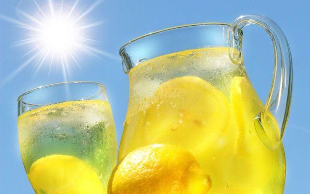 Bere acqua e limone la mattina fa bene?