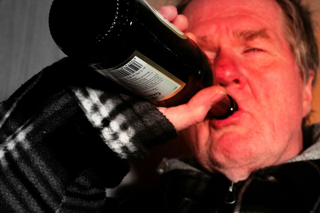 Alcolismo: sintomi, conseguenze e terapia