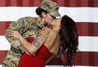 La soldatessa bacia la moglie tatuata: la foto virale