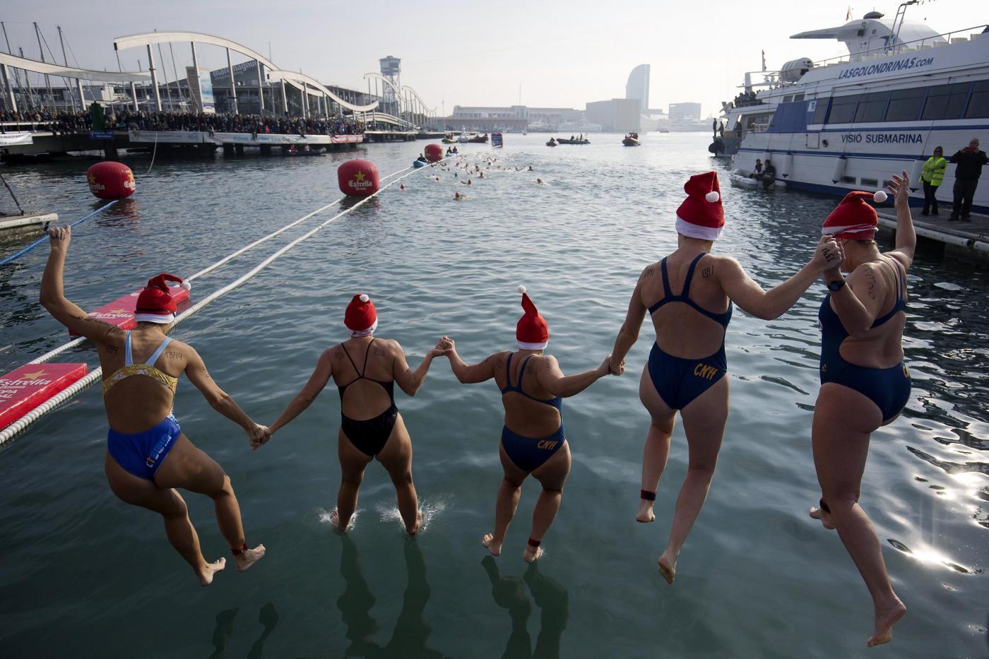 Natale nel mondo, in acqua nel porto di Barcellona per la Nadal Cup