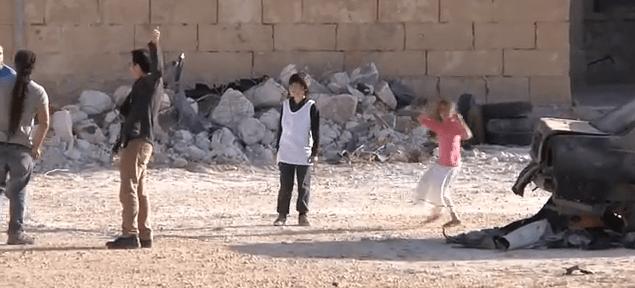 Il video del piccolo eroe siriano che salva l'amica è falso