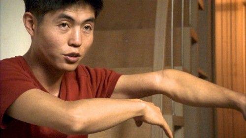 Shin Dong hyuk mostra il braccio piegato dai lavori forzati