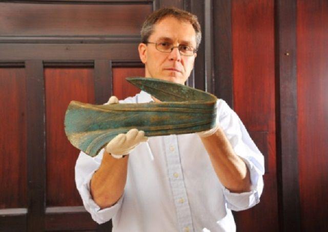 Pugnale di bronzo di 3500 anni usato come fermaporta venduto al Castle Museum