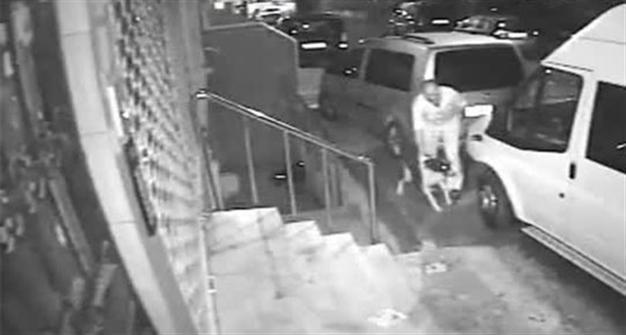 Istanbul: abusa di un cane randagio, ripreso dalle telecamere in strada