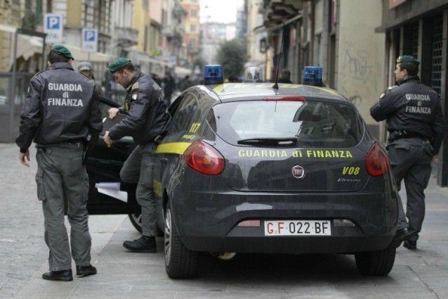 Droga ed estorsioni a rivenditori di cd pirata: 5 arresti a Napoli