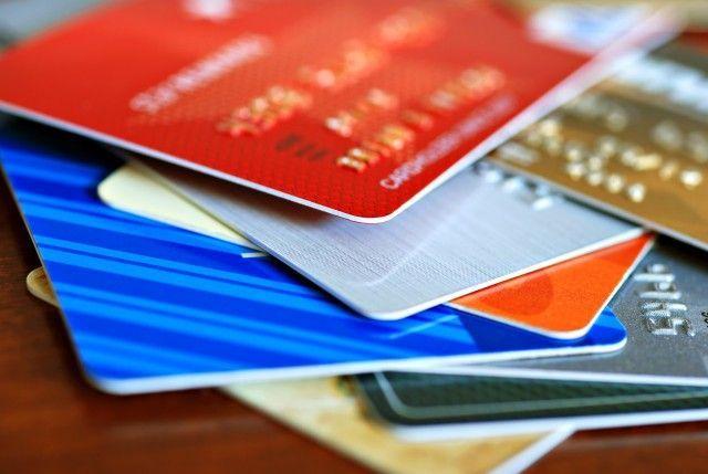 Clonava carte di credito e spendeva soldi in scommesse sul web: denunciato 20enne