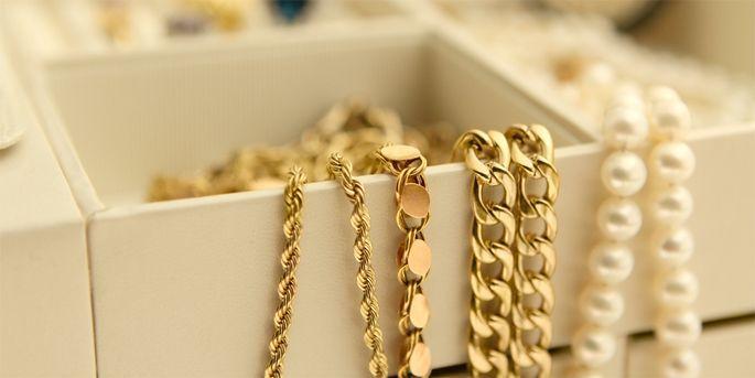 Colf rubava gioielli e li vendeva ai compro oro