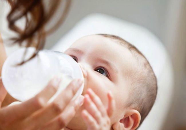 'Medici corrotti dalle case farmaceutiche': pediatri convincevano le mamme a usare il latte artificiale
