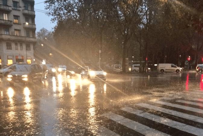 Maltempo a Milano, esondato il Seveso: metro in tilt, due morti a Varese