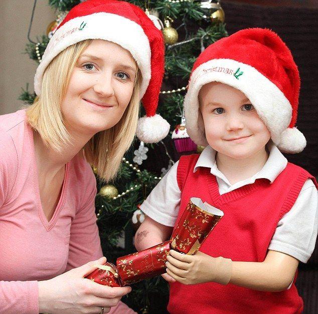Bimbo nato senza mani riceve una nuova protesi: a Natale aprirà il suo primo regalo