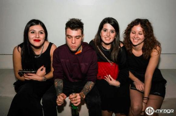 Fedez stravolto in discoteca: il giudice di X Factor assonnato e irriconoscibile